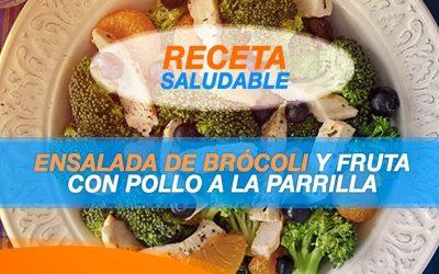 Ensalada de brócoli y frutas con pollo a la parrilla
